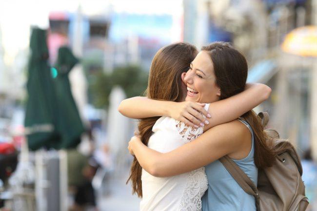 Abraçar diminui seus níveis de cortisol e alivia a ansiedade