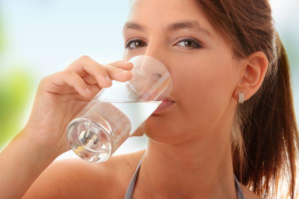 Beber líquidos durante as refeições pode prejudicar a digestão.