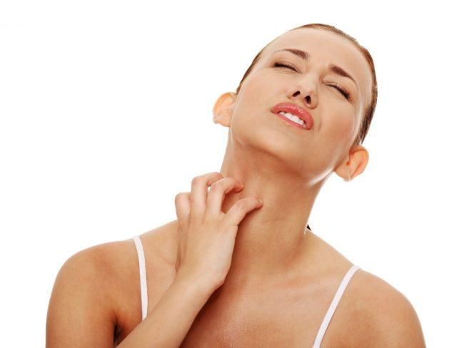 mulher-cocando-o-pescoco-coceira-alergia-1363354548419_1024x768