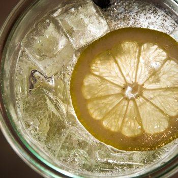 Água Com Limão Ajuda a Perder Peso com Saúde? Imagem: (Divulgação)