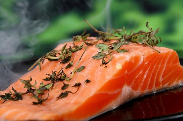 Salmão  é um dos melhores alimentos ricos em colágeno.