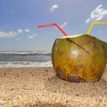 Alimentos para Desinchar: Água de coco. Imagem: (Divulgação)