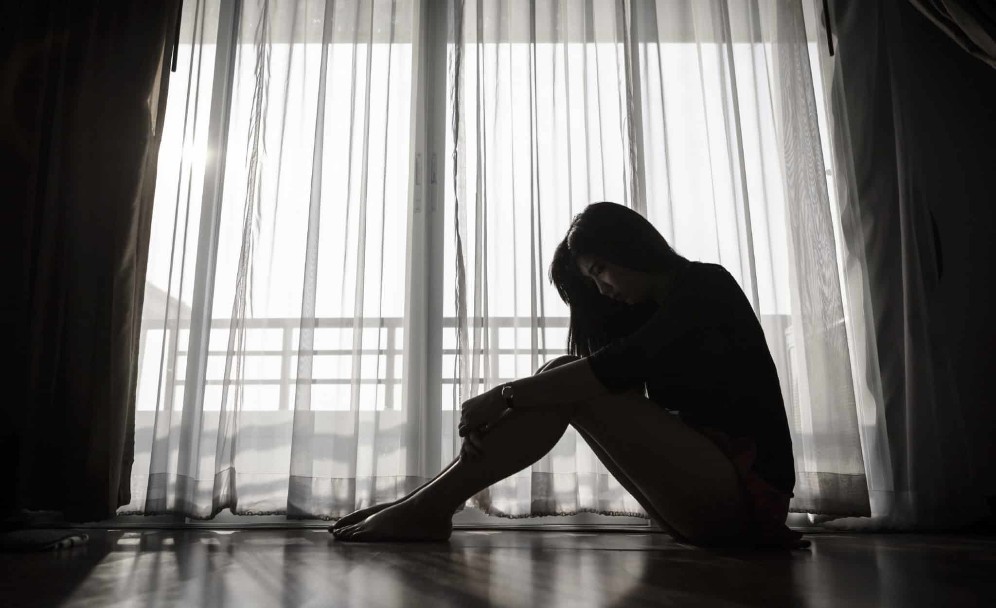 Mulher deprimida, pois, a depressão afeta mais a saúde feminina.