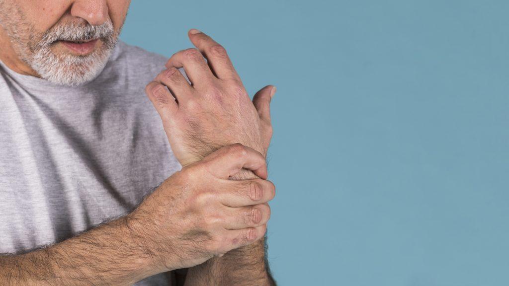 Senhor com dor no punho devido a osteoporose