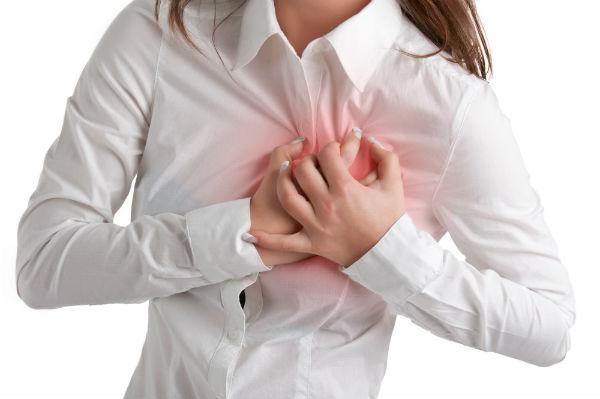 Mulher com sintomas de problema no coração