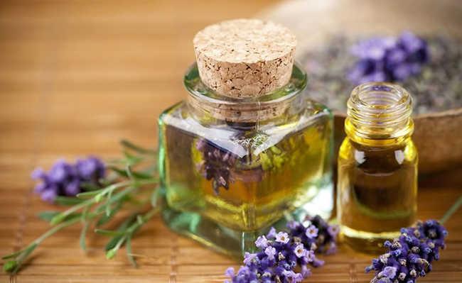 óleo essencial de lavanda em cima da mesa