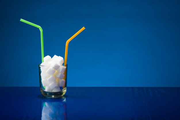 Você está bebendo açúcar em formato de suco de fruta