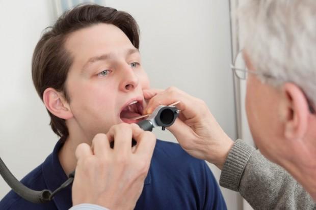 É preciso identificar a causa para saber como curar dor de garganta.