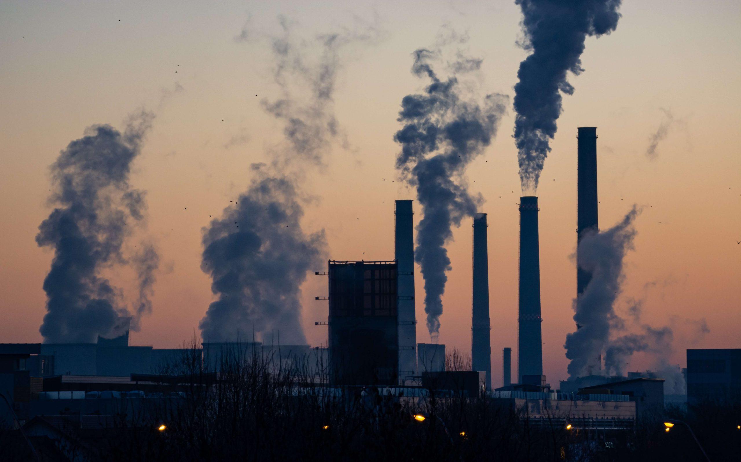 O excesso de poluição é um dos motivos para fazer detox no corpo.