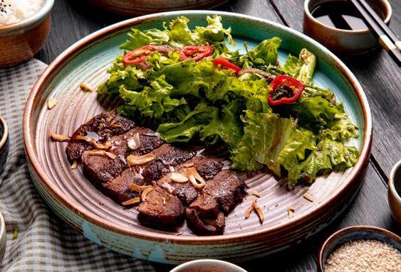 Carne vermelha tem a proteína M que melhora a absorção para a formação e depósito para seu organismo, por exemplo.